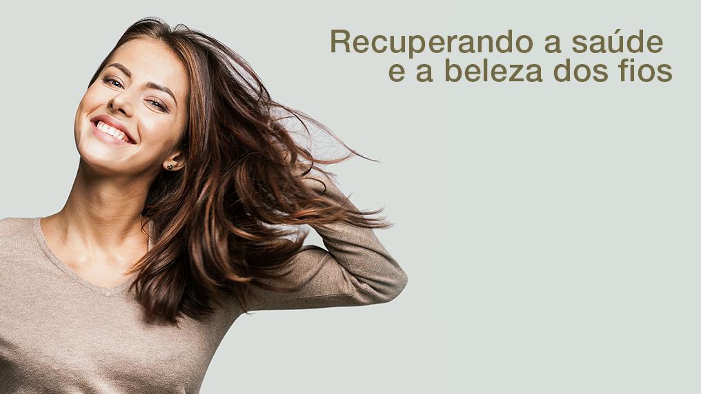 Mulher mexendo no cabelo com o texto na imagem: recuperando a saúde e a beleza dos fios